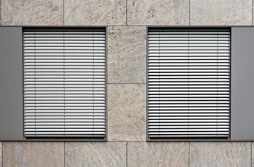 Deux fenêtres avec volets
