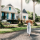 Femme devant bien immobilier de luxe en Normandie